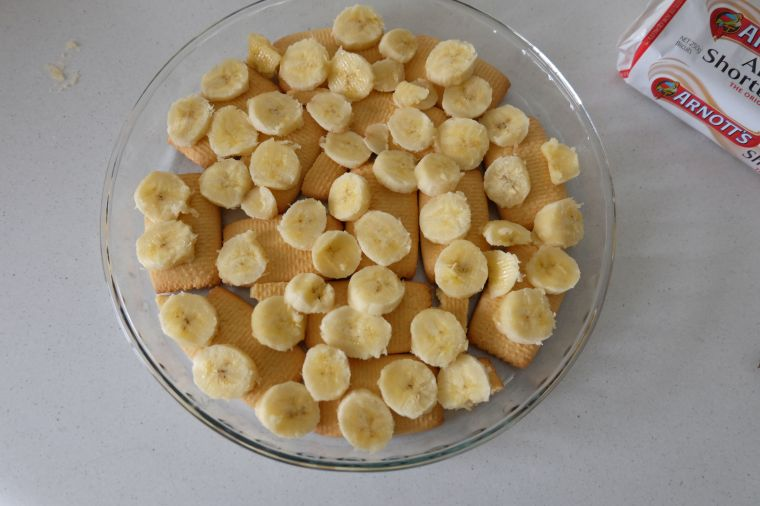 I made a layer of short bread wafers, and then 2 sliced bananas.